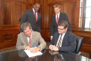 Nashville Mayor Karl Dean signs the city