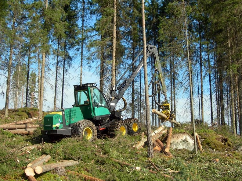 A harvester (Timberjack 1070D) working in a forest in Finland. (Photo: Heikki Valve. Transferred from fi.wikipedia.org